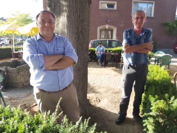 Viroloog Marc Van Ranst en cafébaas Willy Heps. Voor alle duidelijkheid: de foto werd genomen buiten het terras waar mondmaskers niet verplicht zijn volgens de huidige coronaregels.