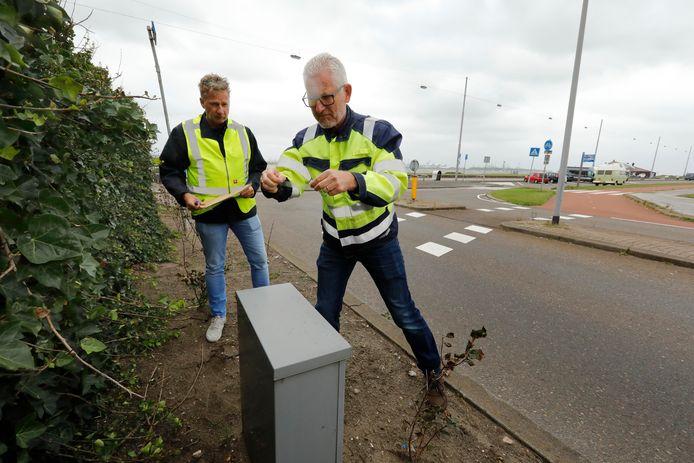 Inspecteurs van DCMR nemen stofmonsters in Hoek van Holland.