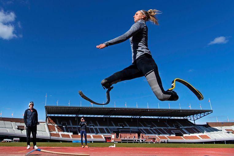 Verspringster Fleur Jong tijdens een training van Team Para Atletiek. Beeld Olaf Kraak
