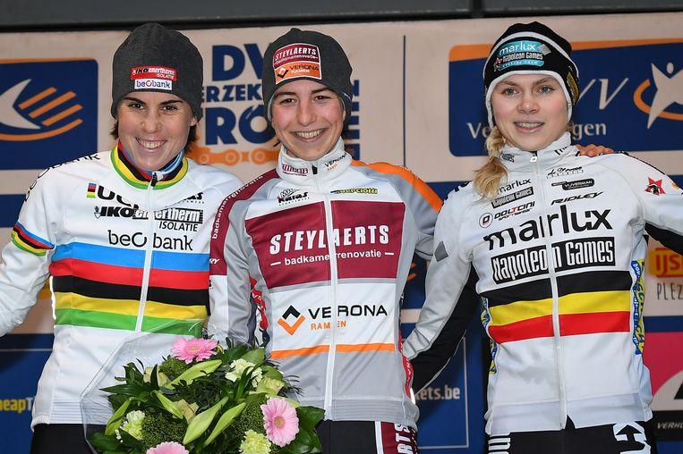 Een mooi podium bij de vrouwen in Lille: winnares Kaptheijns (m) glunderend, met naast haar wereldkampioene Cant (l) en haar levenspartner Laura Verdonschot (r). Beeld BELGA