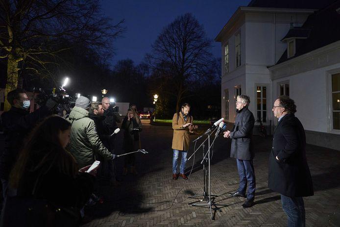 Demissionair ministers Arie Slob (Basis- en Voortgezet Onderwijs) en Wouter Koolmees (SZW) geven een toelichting na het overleg in het Catshuis tussen voormalig ministers van het demissionair kabinet en deskundigen over het coronavirus.