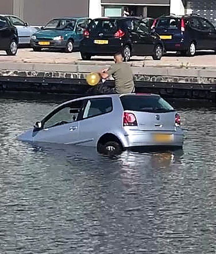 Een jongeman rijdt met zijn wagen het water in bij de Calandkade en neemt vervolgens een ballon met lachgas op het dak van zijn zinkende auto