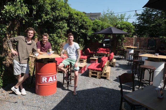 Jef Brabants, Brice Willemssens en Finn De Vries in zomerbar Raly.