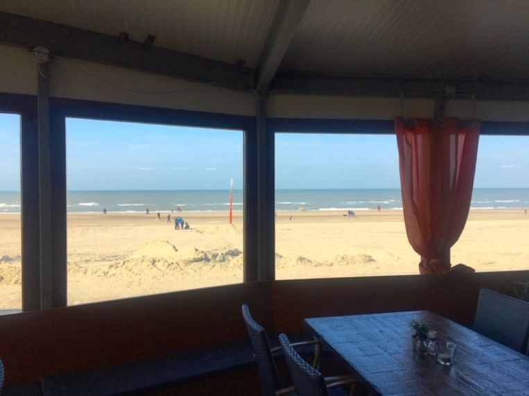 Omkaderd door raamkozijnen leek het zicht op het strand op het panorama van Mesdag. Beeld  Wim Boevink