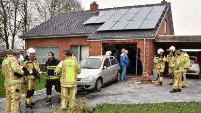Bejaarde vrouw is verward en rijdt achteruit tegen garage van overburen