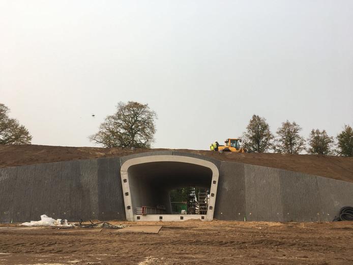 De tunnel onder het spoor: praktisch klaar om onderdoor te fietsen.