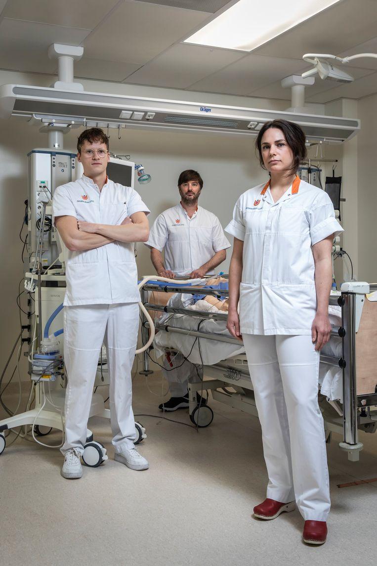Vanaf links:  Thomas Smits, Marijn Vriends en Andrea Esmeijer, ic-verpleegkundigen van Amsterdam UMC. Beeld Dingena Mol
