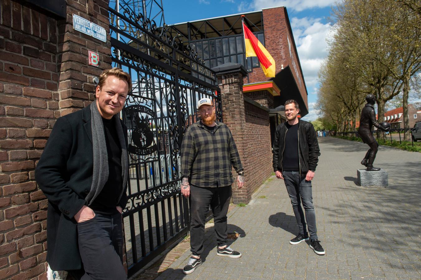 De makers van de podcast, vlnr. Bas Klaassen, Wim Sneller en Roy Heethaar, bij stadion de Adelaarshorst.