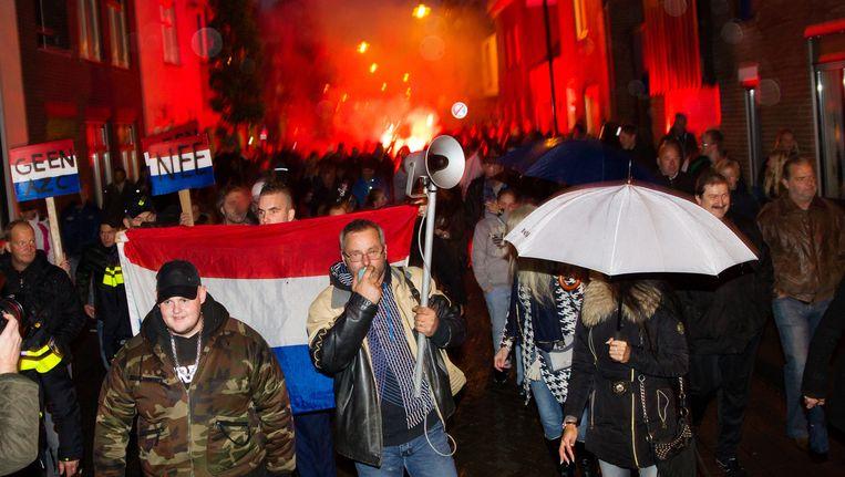 Inwoners demonstreren tegen de komst van een asielzoekerscentrum. Beeld anp