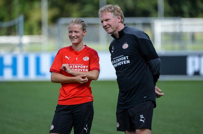 Mandy van den Berg met Sander Luiten, coach van het vrouwenteam van PSV.