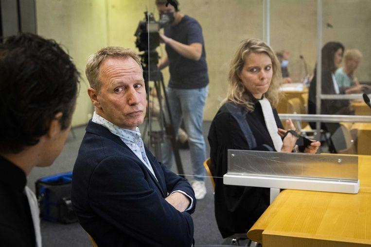 Vincent Wevers (M) in de rechtbank van Zutphen voorafgaand aan de uitspraak in het kort geding dat de turncoach tegen de KNGU had aangespannen.  Beeld ANP