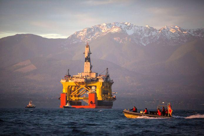 Een boorplatform op een sleepboot voor de kust van de Amerikaanse staat Washington.