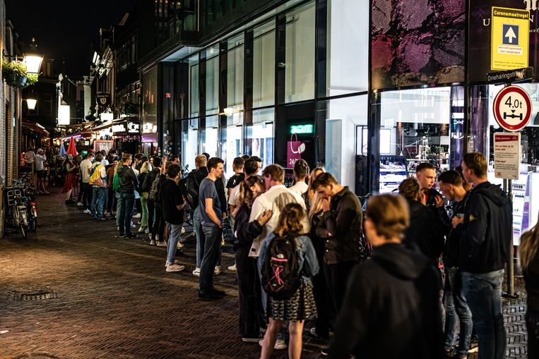 Nederlanders schuiven massaal aan voor de nachtclubs. Beeld Joris van Gennip