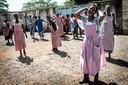 Vrienden van student Titus Okul, die om het leven kwam bij protesten tijdens de verkiezingen in Kenia, reageren boos en verdrietig bij het mortuarium in Kisumu. FOTO: YASUYOSHI CHIBA