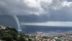 Spectaculaire waterhoos voor kust Corsica