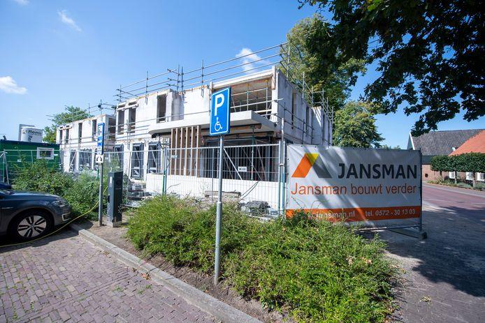 Op de locatie van de voormalige apotheek Schotman aan de Dorpsstraat in Hellendoorn worden appartementen gebouwd. Er bestaan plannen voor de bouw van nog veel meer appartementen in de dorpskom. Daar is lang niet iedereen blij mee.