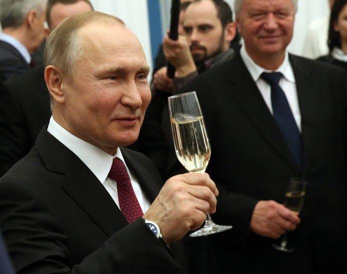 De Russische president Vladimir Poetin houdt wel van een glaasje bubbels. Hier proost hij bij een ceremonie bij het Kremlin in 2018.