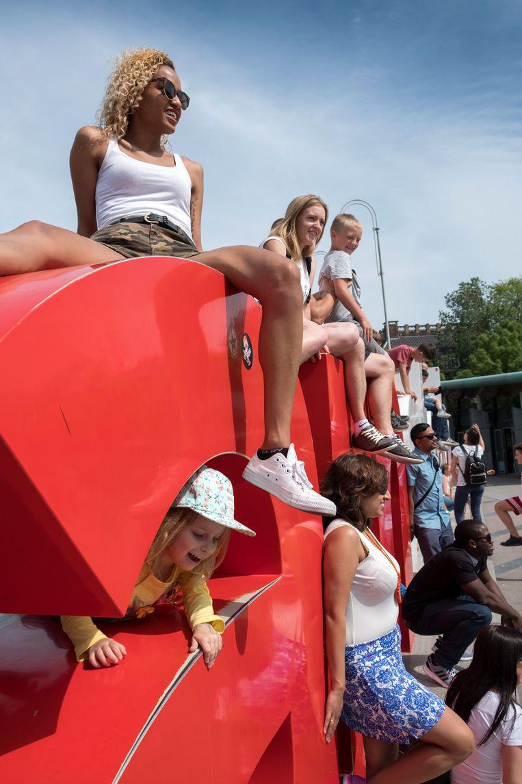 Toeristen poseren bij de bekende 'I amsterdam'-letters op het Museumplein. Beeld Hollandse Hoogte / Herman Wouters