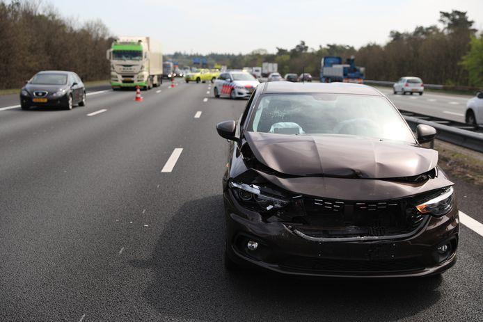 Een van de beschadigde voertuigen na de aanrijding op de A12 bij Arnhem.