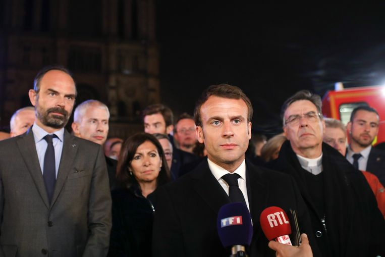 Emmanuel Macron spreekt de natie toe na de verwoestende brand. Beeld Photo News