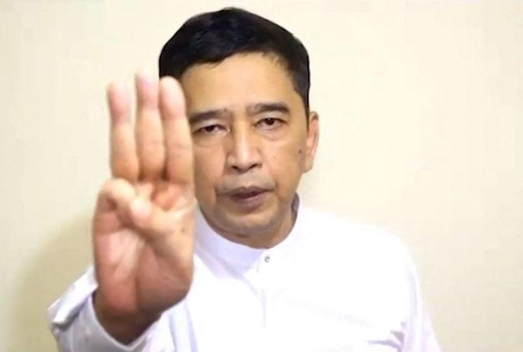 Min Ko Naing steekt in de video drie vingers op, het protestteken van de Myanmarese oppositie. Beeld AFP