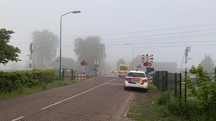 De spoorwegovergang aan de Kerkstraat in Geffen. Enkele tientallen meters westelijker stond de trein stil.