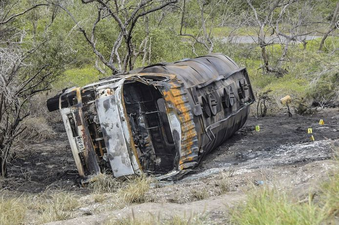 De verkoolde resten van de tankwagen.