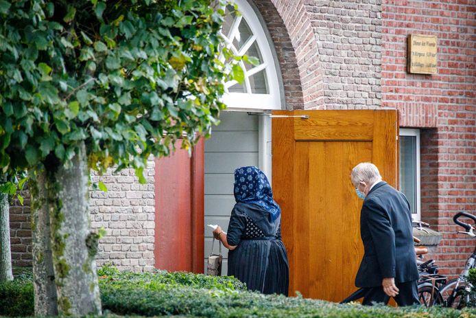 Twee bezoekers betreden de Hersteld Hervormde Kerk in Staphorst.