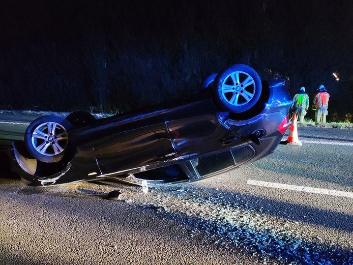 De auto belandde op z'n dak op het midden van de autosnelweg