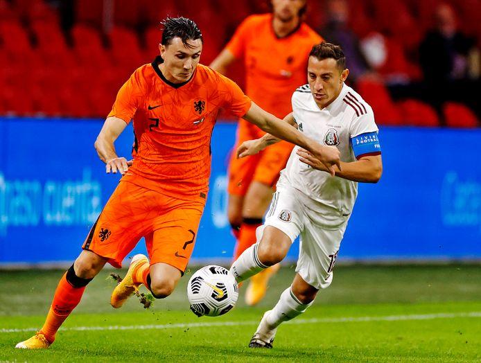 Steven Berghuis vorige week als basisspeler in actie voor Oranje tijdens het oefenduel met Mexico, hier tegenover oud-PSV'er Guardado. In de interland tegen Bosnië mocht Berghuis vervolgens invallen, in Italië bleef hij op de bank.