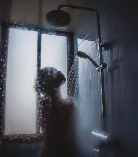 Ce médecin explique pourquoi il faut cesser de faire pipi sous la douche