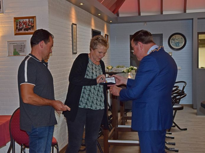 John Veldkamp uit Welsum (links) is benoemd tot Lid in de Orde van Oranje-Nassau. Hij ontving de koninklijke onderscheiding uit handen van burgemeester Ton Strien (rechts) van de gemeente Olst-Wijhe.