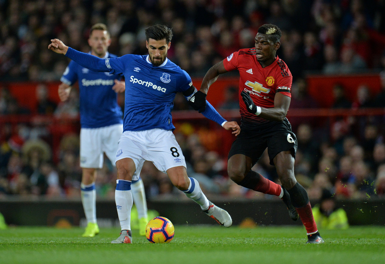 Everton-middenvelder André Gomes in duel met Paul Pogba van Manchester United.