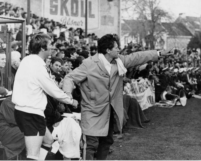 Raymond Goethals wijst Lon Polleunis waar hij moet spelen tijdens een interland.