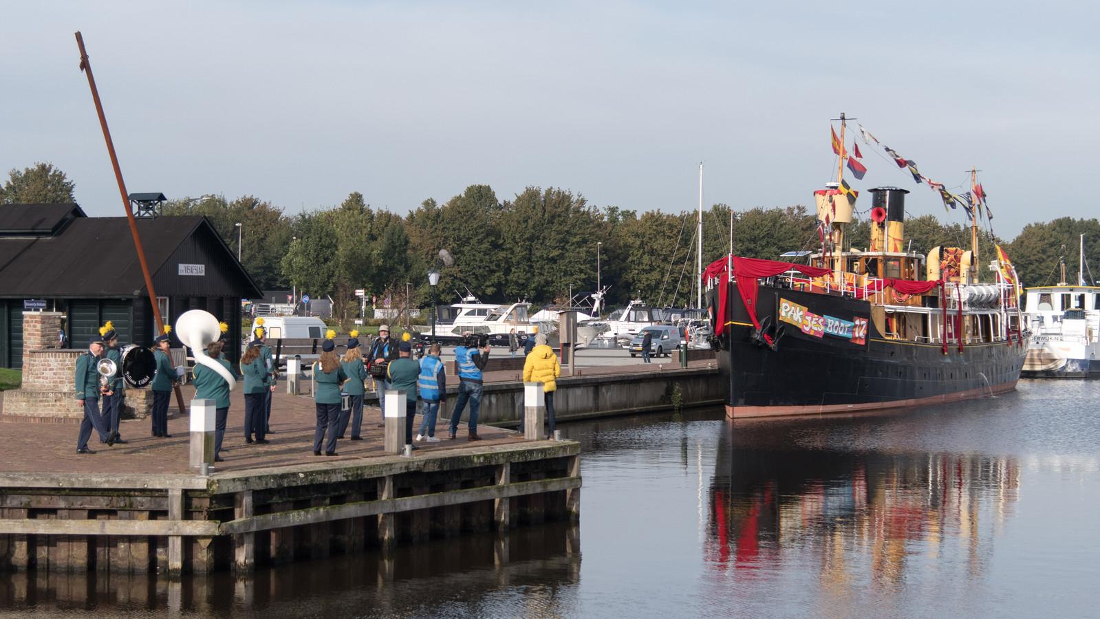 Pakjesboot 12 van Sinterklaas in de haven van Elburg.