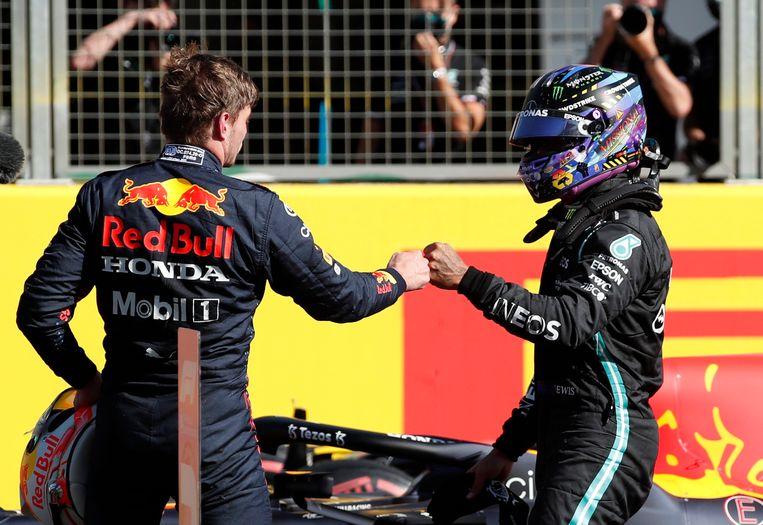 Max Verstappen en Lewis Hamilton geven elkaar een box na de sprintrace. Beeld REUTERS
