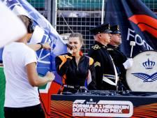 Davina Michelle brengt loepzuiver het Wilhelmus ten gehore in Zandvoort