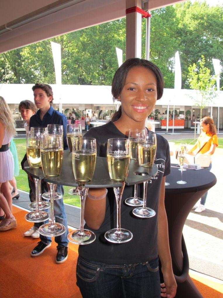 Champagne met potentie: in deze glazen zat misschien een diamant.<br /> Beeld