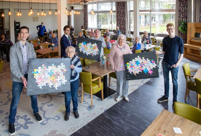 Bewoners van De Nudehof hebben schilderijen gemaakt voor studenten die hun regelmatig bezoeken.