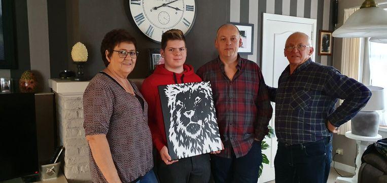 De 19-jarige Jeroen Oris met één van zijn zwart-wit schilderijen.