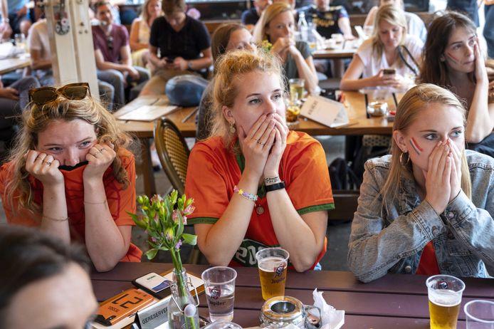 Voetbalfans bekijken de achtste finale tussen Nederland en Tsjechie op een terras in Amsterdam
