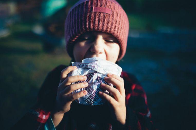 Een hamburger uit papier. Hierin werd Pfas aangetroffen boven de limiet van 20 mg/kg, de limiet die de Deense overheid aanhoudt om vast te stellen of het gaat om 'intentional use'. Beeld Marketa Sediva