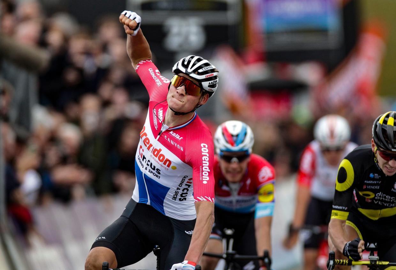 De Nederlandse kampioen klopt onder anderen Bob Jungels in Waregem, nadat hij op zestig kilometer van de streep al in het offensief ging. 'Ik koers gewoon graag.' Beeld Photo News