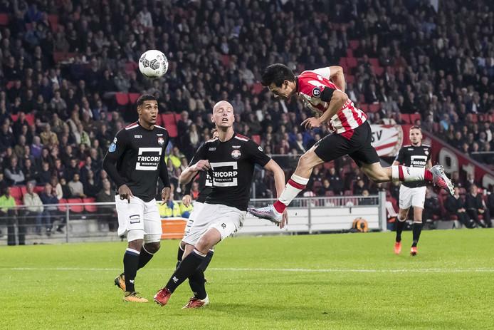 Hirving Lozano scoort stijvol de 3-0, Willem II speler Elmo Lieftink (m) is kansloos.