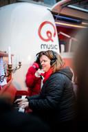 Logopediste Nele Van Coppenolle speelde op de Rode Neuzen Piano voor de leerlingen.