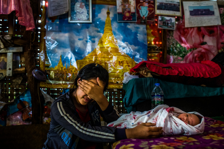 Een meisje is teruggevlucht naar Myanmar met de baby die ze kreeg in China.