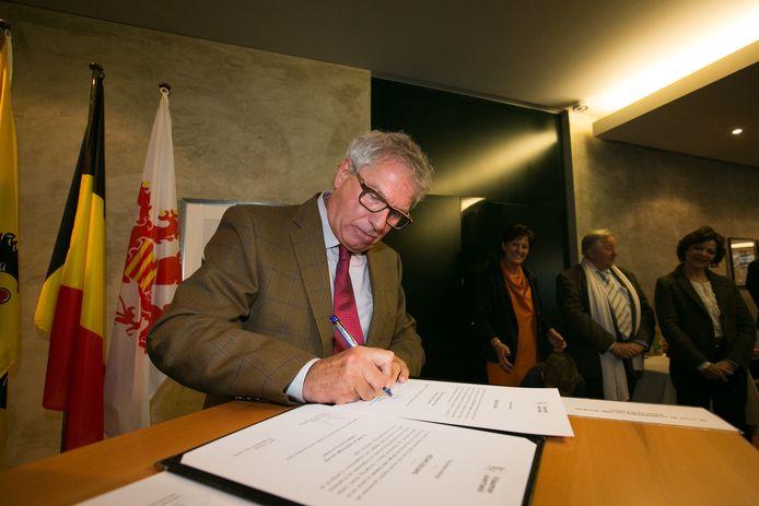 """Burgemeester van Heers Henri Dumont tekent zijn politiebesluiten: """"Alle café's moeten om 15u.00 dicht"""""""