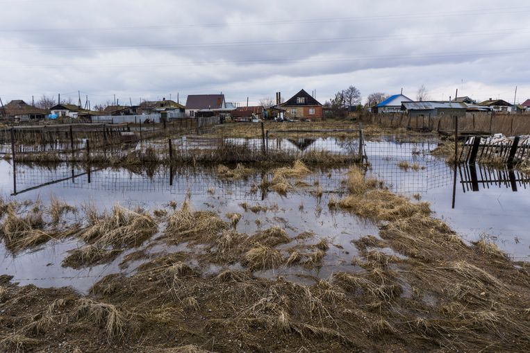In this photo taken on Wednesday, April 6, 2016, a flooded area on the outskirts of the town of Sultanovo near the Techa River, Chelyabinsk region, Russia, where nuclear was dumped as recently as 2004.  Beeld AP