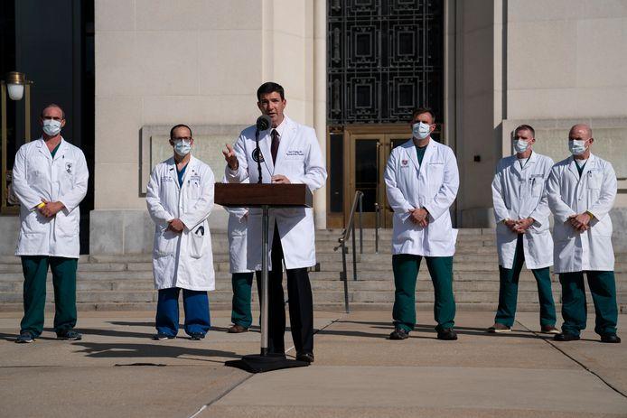 Trumps lijfarts Sean Conley spreekt de pers toe voor het militair ziekenhuis Walter Reed. Hoe ernstig de gezondheidstoestand van de president was, werd volgens de New York Times verzwegen.