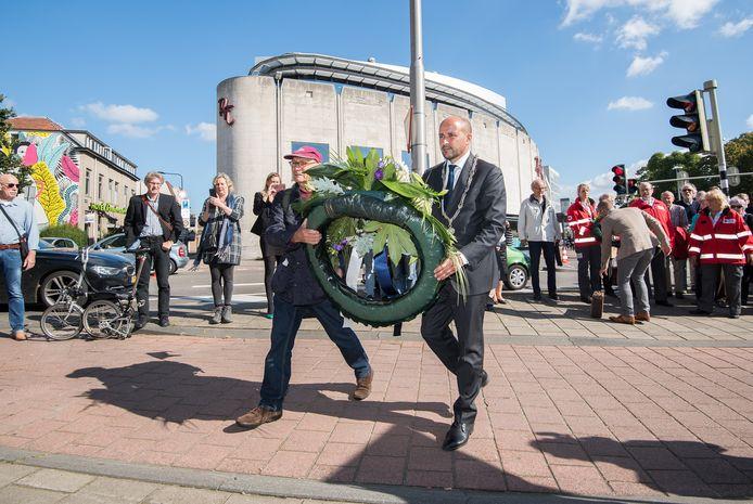 Burgemeester Ahmed Marcouch legt samen met Gé Bijlsma een krans tijdens de herdenking van de evacuatie van Arnhem in september 2017.